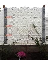 Фото забора от компании Спирит - Белый забор из бетонных плит с имитацией панно